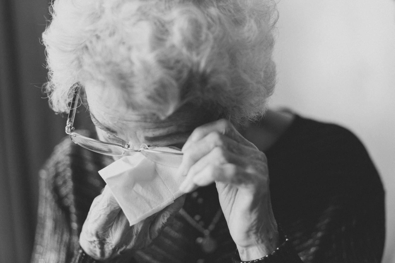 magányos idős néni sír szomorú