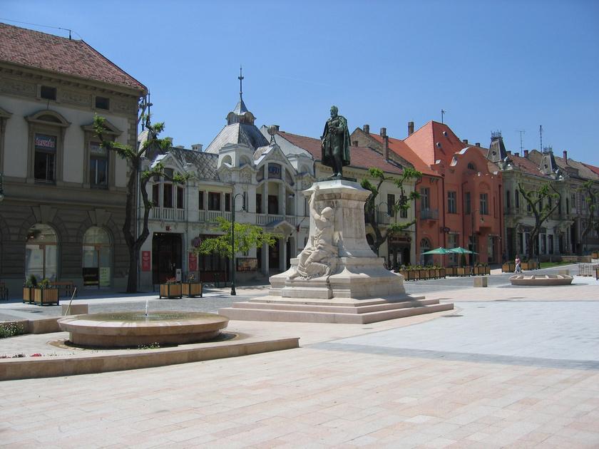 A Garay tér a történelmi városrész központjaként kihagyhatatlan pont egy városnézés során, közepén Szekszárd költőjének szobrával.