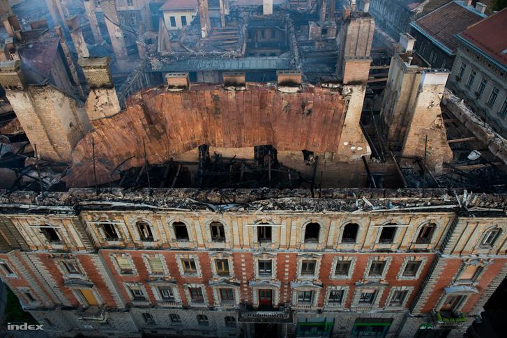 A Forster Központ vállalta, hogy a Kodály köröndön 2014-ben kigyulladt ház leégett tetőszerkezete helyett statikai szakvéleményen alapuló acél védőszerkezetet épít
