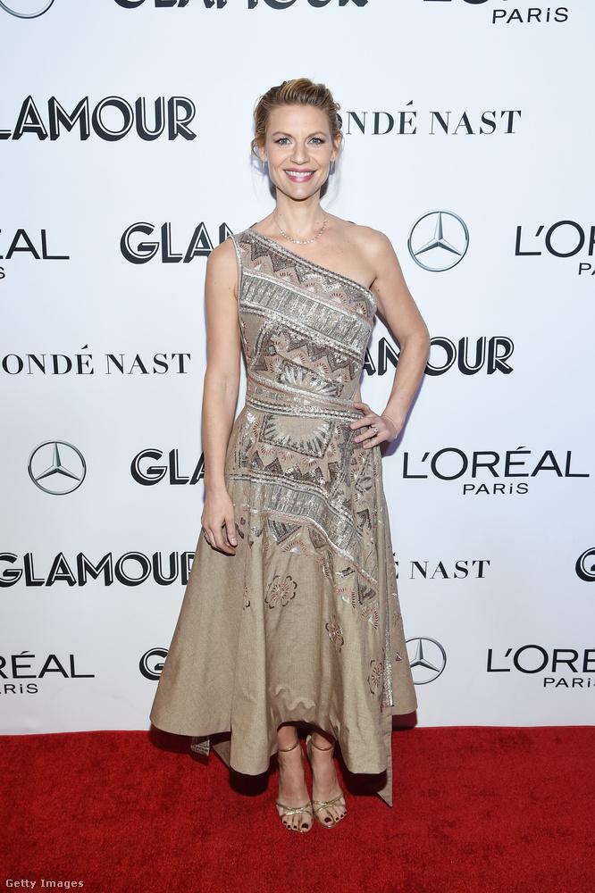 Claire Danes színésznő egy szőnyegmintára emlékeztető dekorációval rendelkező ruhát választott aznap, klasszikusan nőies, bár szintén aszimmetrikus-félvállas fazonban.