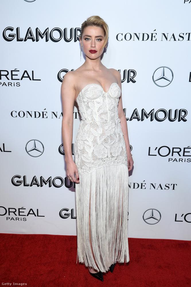 Ugyanitt lépett a vörösszőnyegre Amber Heard is, aki 32 éves és fehérben volt.