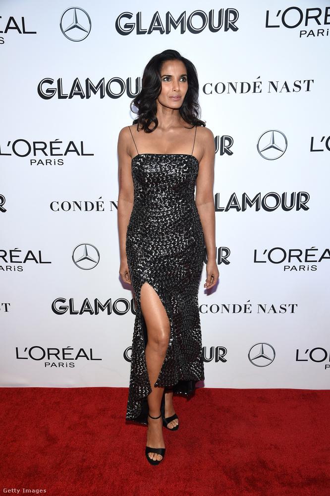 Szintén felsliccelt ruhában érkezett Padma Lakshmi amerikai tévés személyiség.