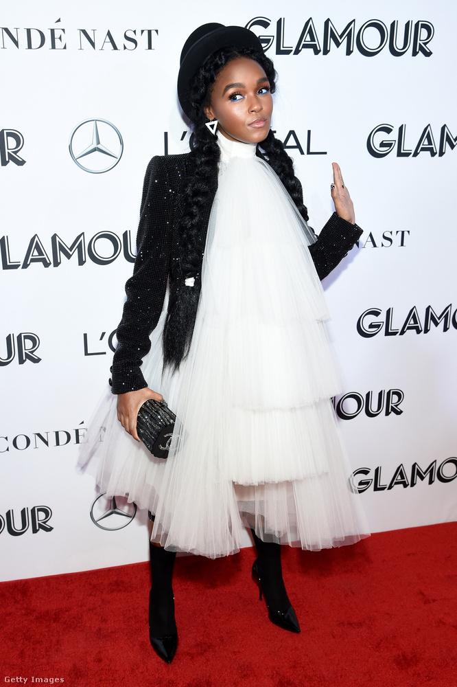 Janelle Monae színész-énekesnő általában fekete-fehéret visel, most is ezt teszi, megintcsak egy elképesztően különleges összeállítással.