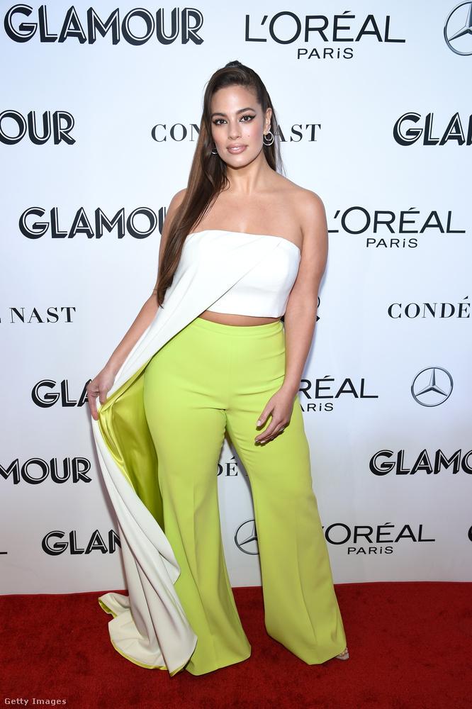 Szintén egy érdekes fazont választott Ashley Graham modell, akit munkájánál fogva ennél sokkal merészebb szettekben is szoktuk látni.