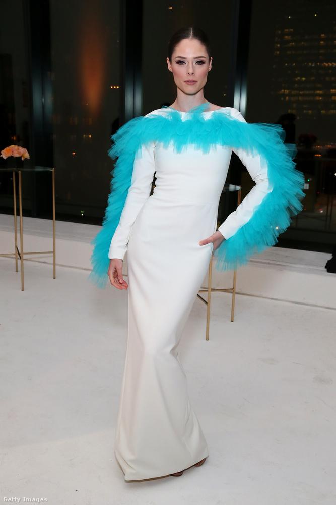 Még egy modell, még egy fehér-színes, vicces fazonú ruha