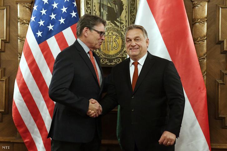 Orbán Viktor miniszterelnök (j) fogadja hivatalában Rick Perry amerikai energiaügyi minisztert az Országházban 2018. november 13-án