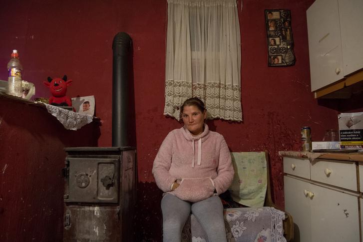 Mária a ház apró konyhájában
