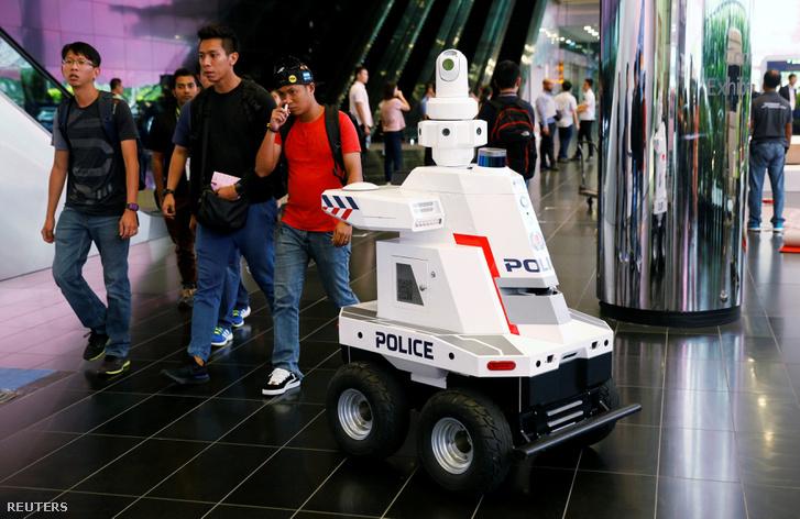 Rendőrségi robot Szingapúrban 2018. november 12-én.