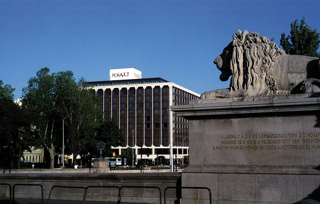Az Átrium Hyatt megépültekor. Külsejében kortárs eszközökkel igyekezett alkalmazkodni a tér palotáihoz, belül a Pestre jellemző gangos udvarokat idézte meg