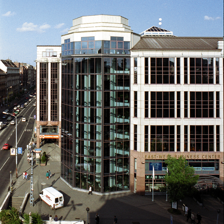"""Az East-West Business Center eredeti képe. Még megvoltak a panorámaliftek, """"tornya"""" pedig egészen az utcaszintig üvegezett volt"""