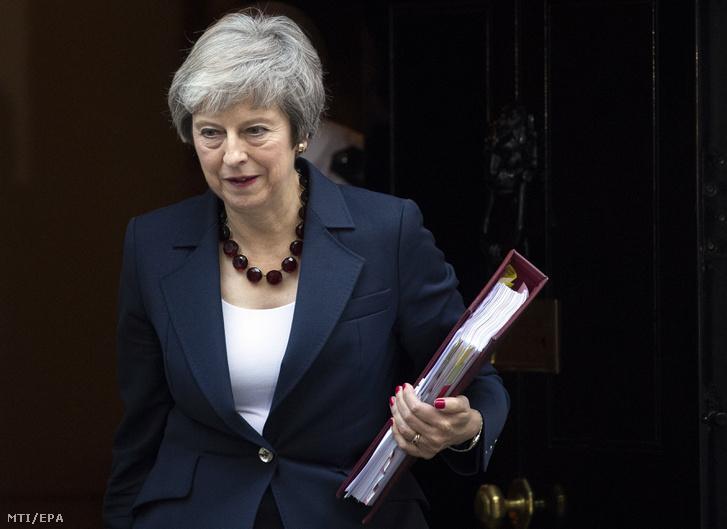 Theresa May brit miniszterelnök a Brexit ügyében tartandó rendkívüli kabinetülésre indul a londoni kormányfői rezidenciáról, a Downing Street 10-ből 2018. november 14-én.