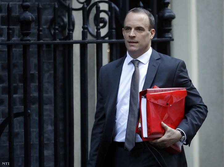 Dominic Raab, a Nagy-Britannia Európai Unióból való kilépéséről folytatott tárgyalásokért felelős brit miniszter a Brexit ügyében tartandó rendkívüli kabinetülésre indul Londonban 2018. november 14-én.