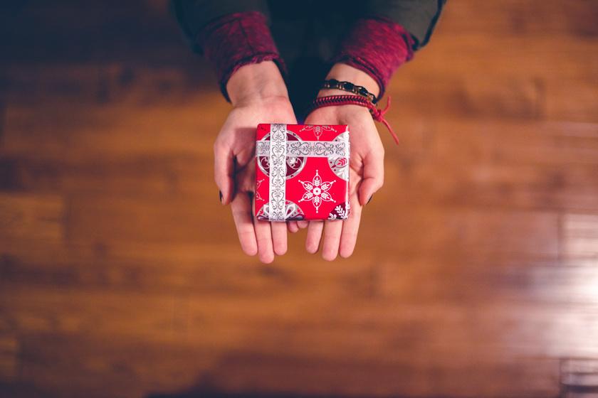 Ezeknek az ajándékoknak senki nem örül a céges karácsonyon - Mi az, aminek igen?