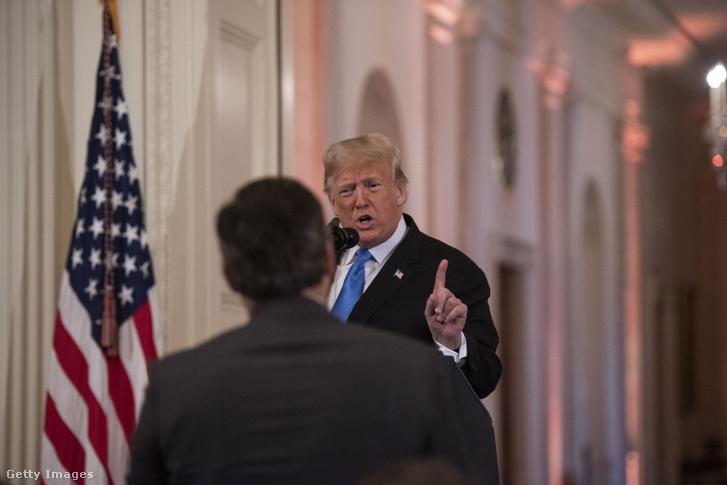 Donald Trump amerikai elnök Jim Acosta CNN-tudósítóhoz beszél sajtótájékoztatóján a washingtoni Fehér Házban 2018. november 7-én, az elnöki ciklus félidejében tartott, úgynevezett félidős kongresszusi választások másnapján.