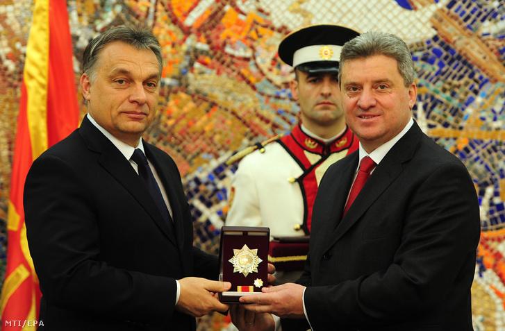 Az egynapos hivatalos látogatáson Macedóniában tartózkodó Orbán Viktor magyar miniszterelnök (b) átveszi a Szeptember 8. Érdemrendet Gjorge Ivanov macedón elnöktől Szkopjében 2013. december 5-én.
