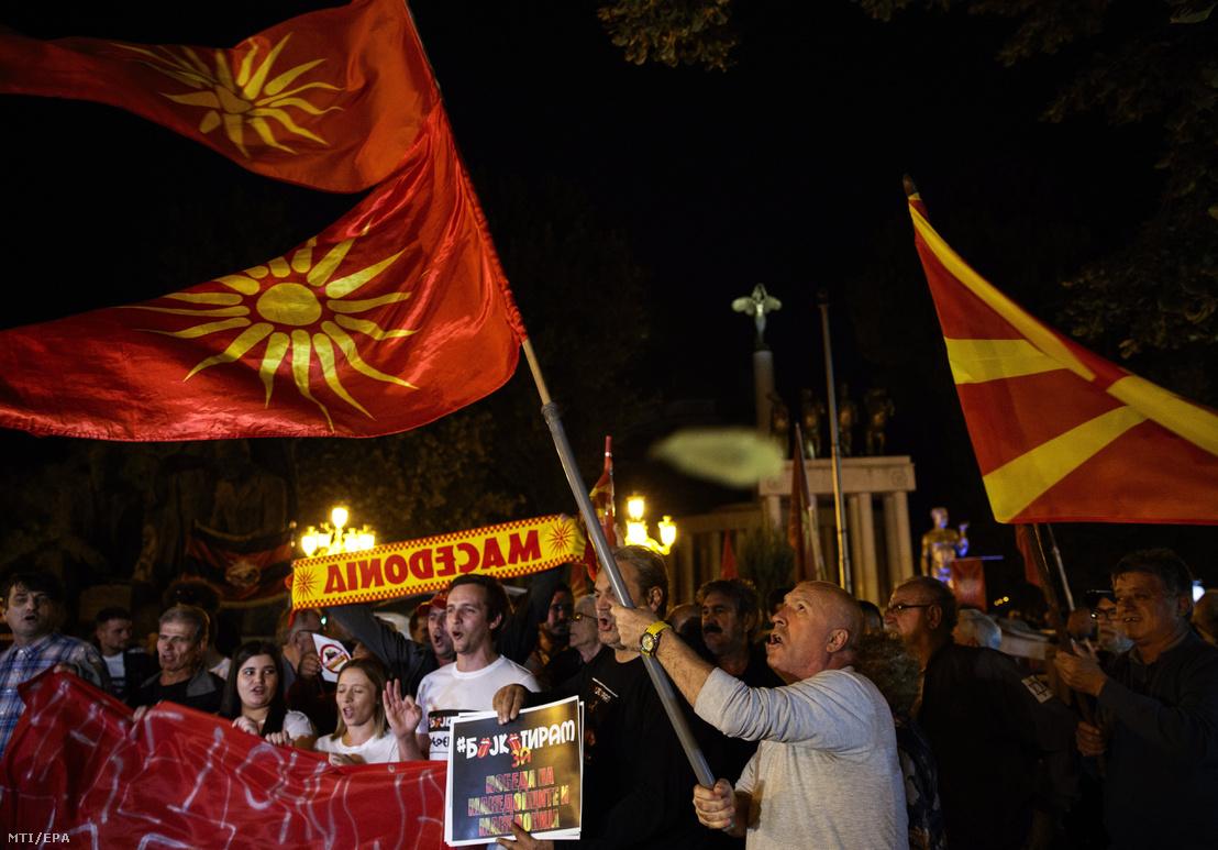 Az ország névváltoztatásáról szóló népszavazáson való alacsony részvételt ünneplik a referendum ellenzői a parlament épülete előtt Szkopjéban 2018. szeptember 30-án.