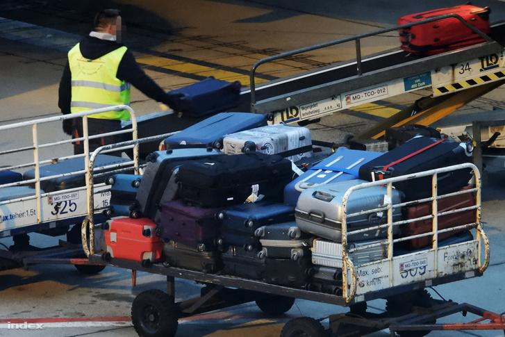 Csomagkirakodás a Liszt Ferenc nemzetközi repülőtéren
