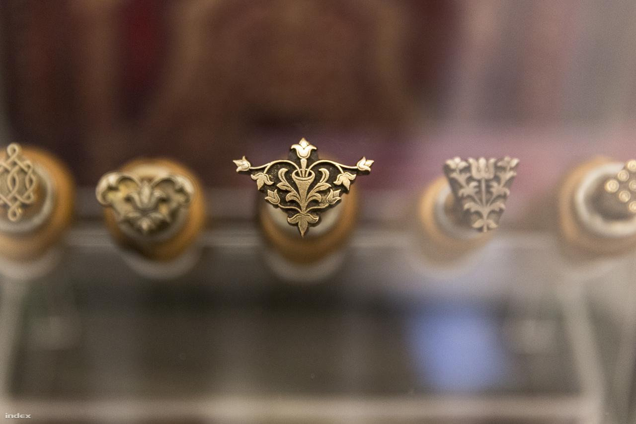 A kiállítás bemutatja a corvinamásolás és festés főbb eszközeit, alapanyagait, technikáit is. A fotón kis aranynyomó dúcok láthatók.