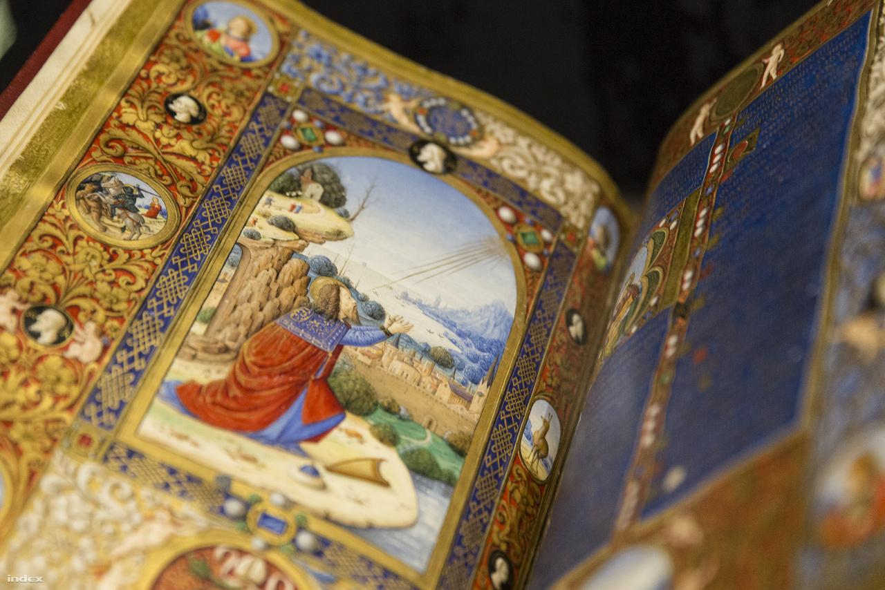 Hogy milyen jelek utalhatnak Boccardino il Vecchio budai tartózkodására? A bemutatott oldalpár bal oldalán a zsoltárszerző Dávid király látható firenzei épületekkel, a távolba vesző, kékes párába burkolózó tájképről viszont Visegrád juthat eszünkbe: a domboldal alján álló vár, a kanyargó vízpart képe teljesen olyan, mintha Markó Károly festményét látnánk a várdomb másik oldaláról.