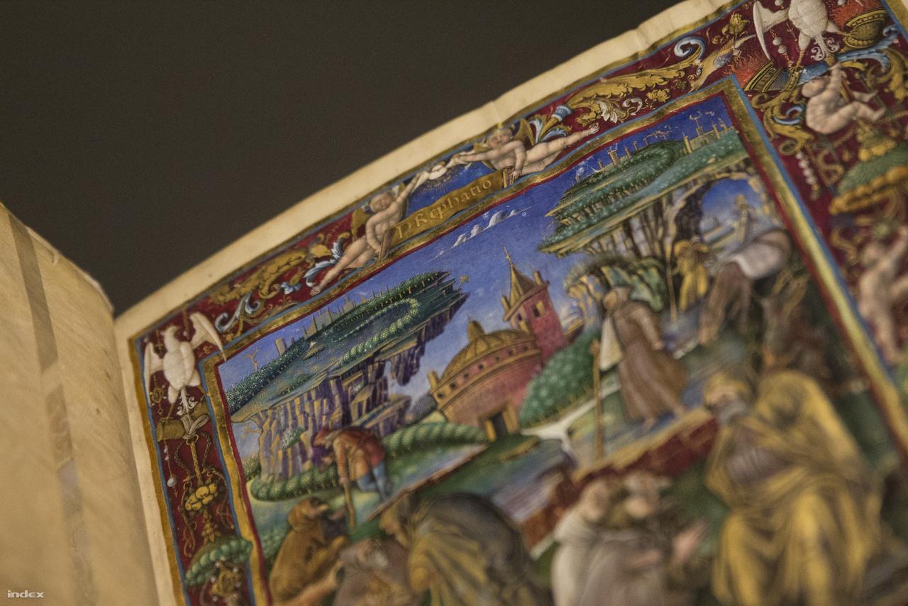 """Aki kicsit közelebbről – már amennyire a biztonsági üveg engedi – szemléli a kiállított kötetek festményeit, egész sok érdekes részletre lehet figyelmes. Itt például Kelvin-Helmholtz-féle instabil felhőformák hullámoznak Iohannes Cassianus """"A cönobita szerzetesek szabályai"""" című corvina címlapján (Buda, 1490 körül)."""