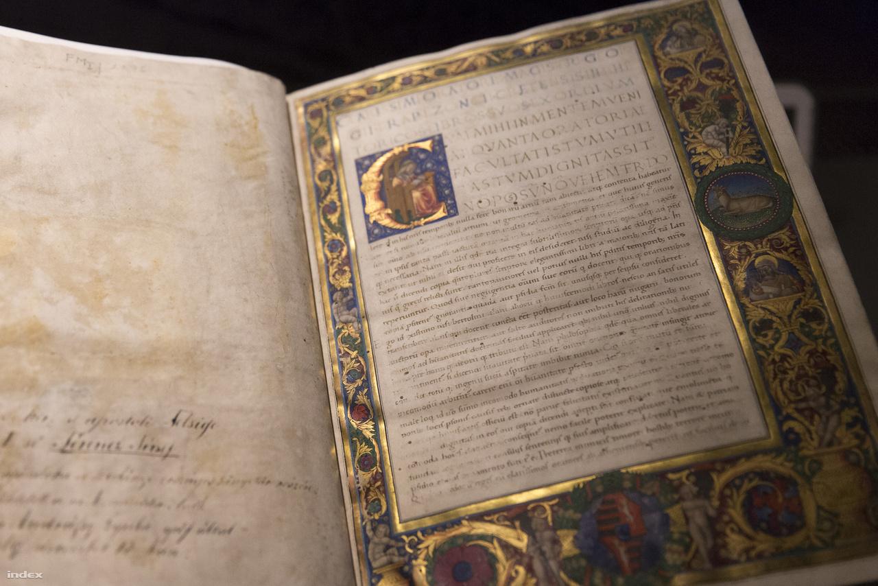 Georgius Trapezuntius: Rétorika. A kötetet 1470 körül másolták talán Esztergomban, és a budai műhelyben festette ki az 1480-as évek vége felé Francesco da Castello. Érdemes megfigyelni, hogy firenzei hatásra a gazdagon indázó ornamentika aranyba váltott és a háttér lett kékkel, pirossal festett.