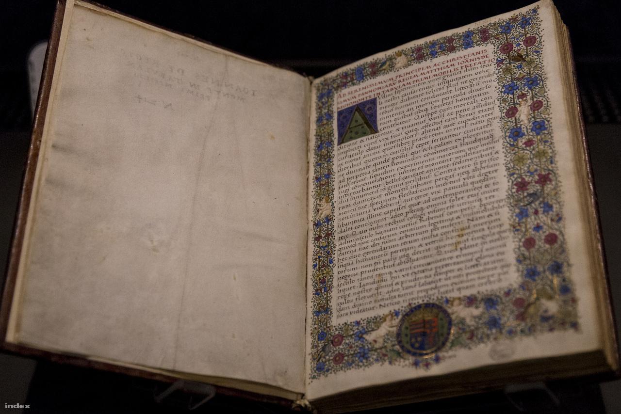 """Johann von Königsberg, a kor leghíresebb, Regiomontanus néven ismert csillagászának problémagyűjteménye (63 szabály az """"első mozgató"""" táblázatához), amit Mátyás királynak szóló ajánlással látott el. A kötetben olyan problémákat gyűjtött össze a tudós, amik a csillagász napi munkája során előfordulhatnak (bolygókelte, -nyugta, koordináta-rendszerek közti átváltások stb), jól mutatja ezt az iniciálé égitestekre emlékeztető díszítése. Ez az 1480 körül alkotott kódex a budai udvari kódexmásolás egyik korai képviselője."""