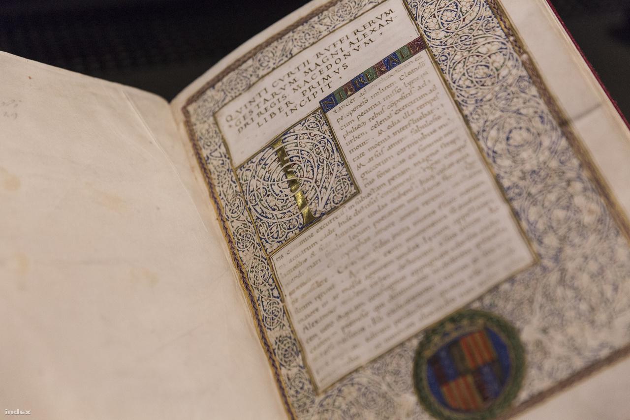 Quintus Curtius Rufus: Nagy Sándor. A kötetet az 1471-es velencei kiadásról másolták Nápolyban pár évvel később. Az ELTE Egyetemi Könyvtárban őrzött kódex az I. századi római szerző regényét tartalmazza. Mivel a fentebb látható címlapon az aragóniai címer látható, a kutatók azt feltételezik, hogy a kötetet Beatrix, Mátyás király későbbi felesége hozta magával az országba. Érdemes persze a gyönyörű, labirintust idéző iniciálét is alaposan szemügyre venni.