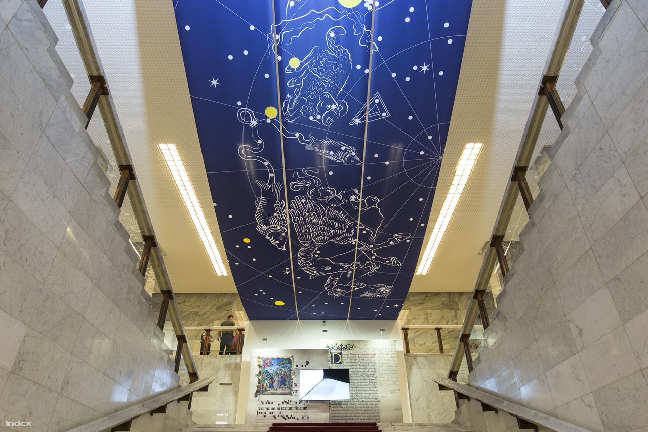 Az Országos Széchényi Könyvtár főlépcsője fölé, a corvinakiállítás alkalmából csillagképeket mutató lepleket függesztettek. A korszak kutatói szerint ehhez hasonló freskó, festmény díszíthette az asztrológia és csillagászat iránt erősen érdeklődő Mátyás király palotájának mennyezetét.