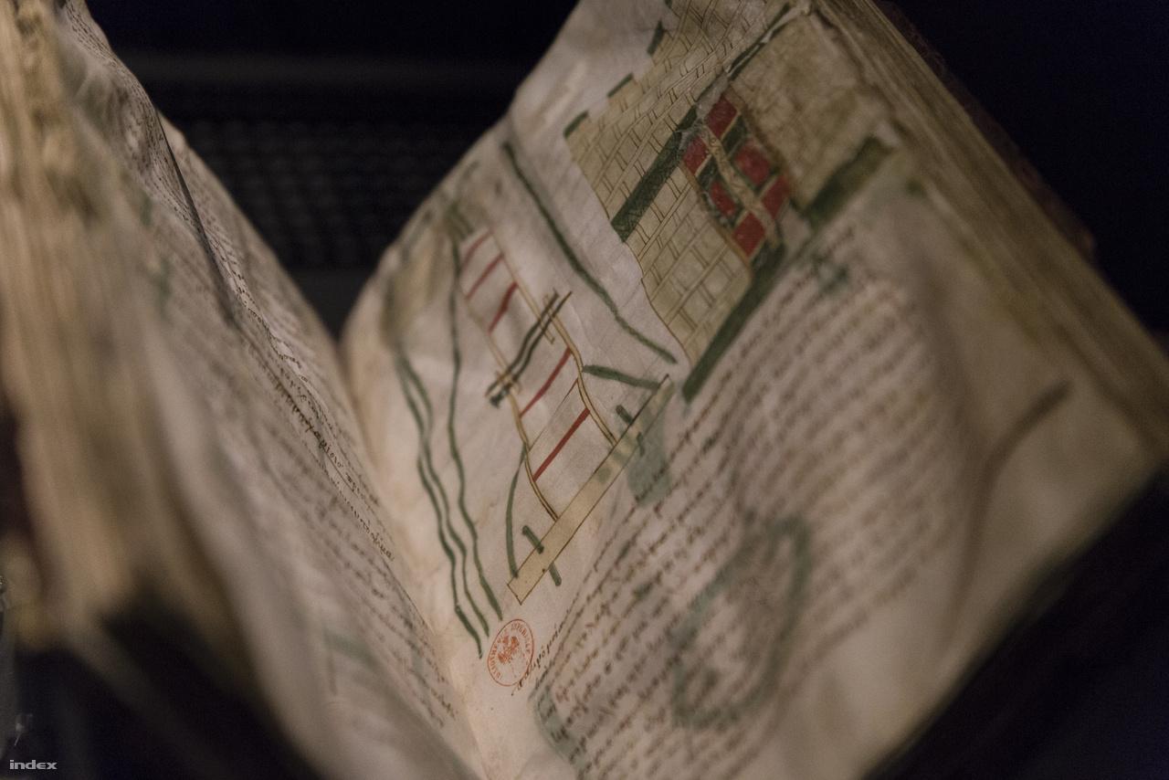 A Mynas-kódexet valamikor a X-XV. században írták, nagy része ókori hadigépek szerkesztéséről, várostromról szóló görög szöveg. Mátyás király nem tudott ugyan görögül, de az udvarában élő humanisták közt volt, aki igen, így az uralkodó az ő fordításában tanulmányozhatta a haditechnikai, stratégiai, taktikai kérdéseket, amiknek aztán feltehetőleg hasznát is vette saját hadjárataiban. A kiállításon megtekinthető lapon egy ostromtorony és egy bástya képe látható.