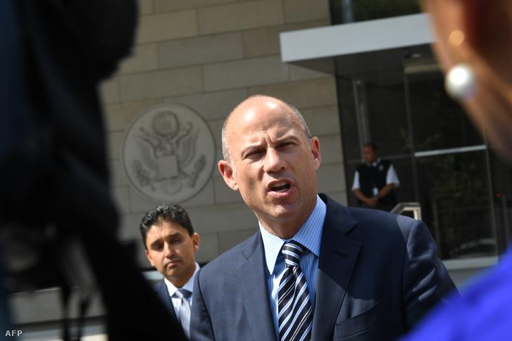 Michael Avenatti (jobbra) beszél a Los Angeles-i bíróság előtt, miután meghallgatták Stormy Daniels-t 2018. július 27-én