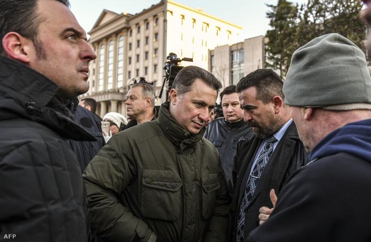 Nikola Gruevszki 2017. november 28-án a szkopjei bíróság épülete előtti tüntetésen, miután 30 embert letartóztattak, köztük két ellenzéki képviselőt is