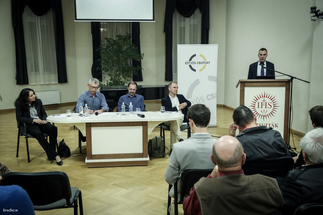 Eötvös Csoport tagjai az asztalnál balról jobbra: Győrffy Dóra, Urbán László, Balázs Zoltán és Enyedi Zsolt