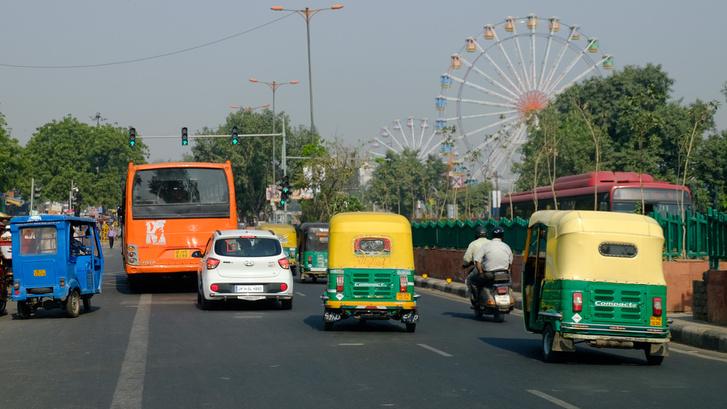 Egy elektromos és két LPG-s tuk-tuk Delhiben