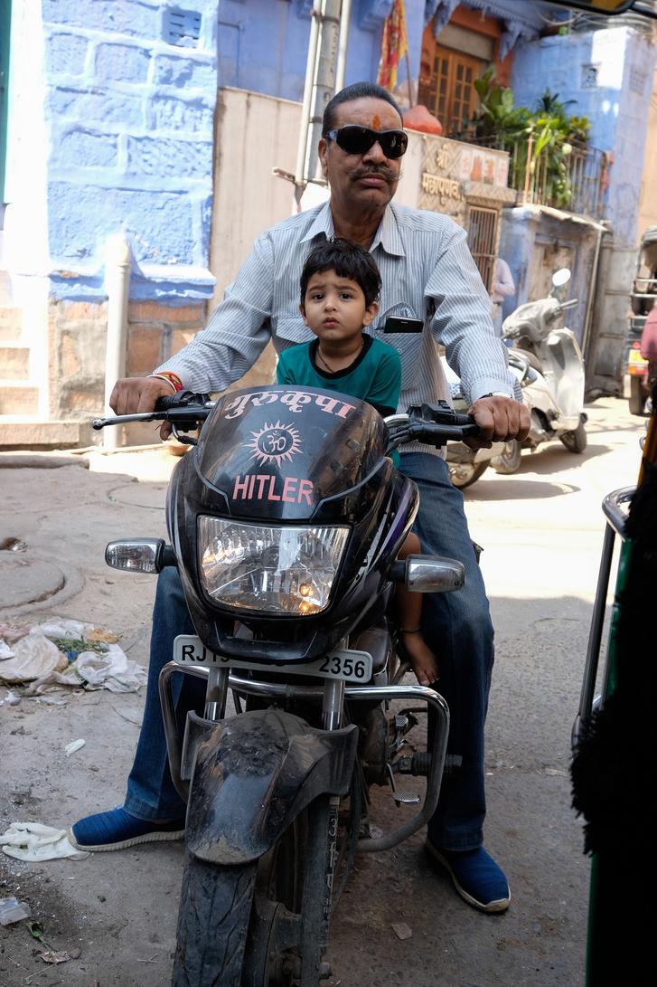 Néha a családnevet festik fel a motorok orrára. Igen, a Hitler a harmincas évek óta létező családnév Indiában