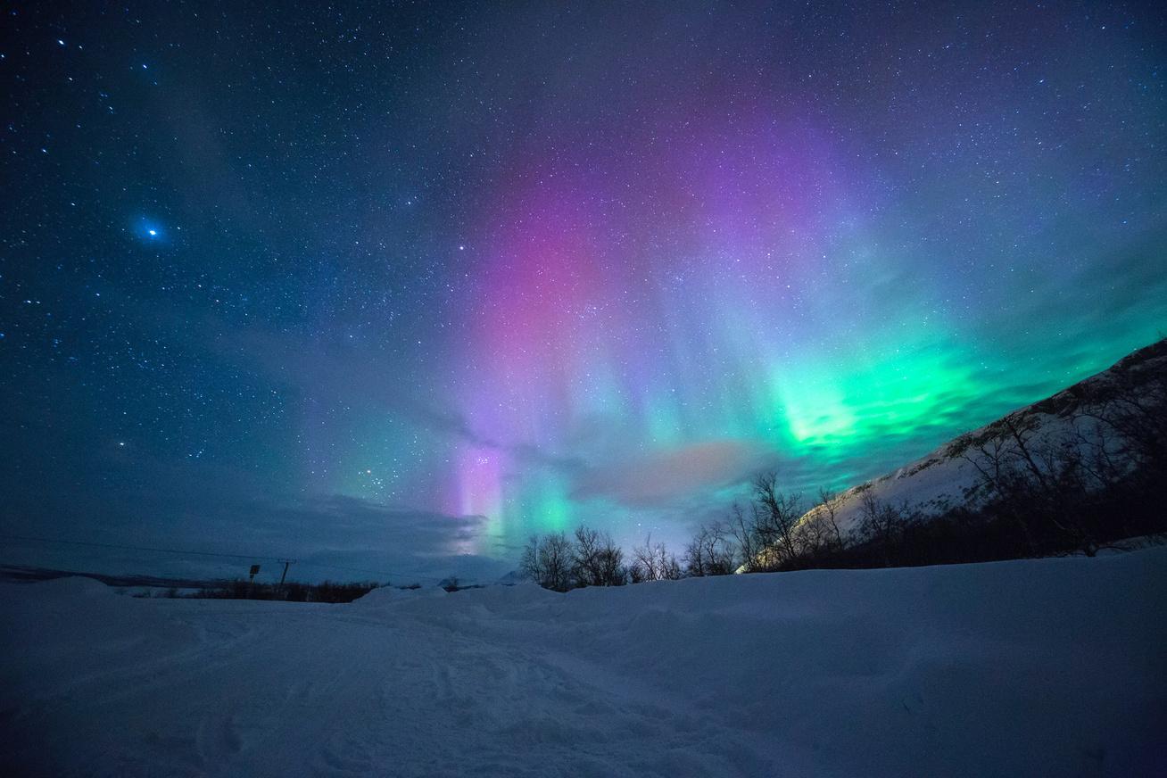 norvégia északi fény hegyek hó (1)