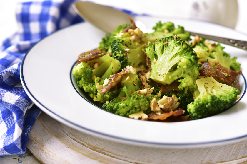 Serpenyőben sült, ropogós, baconös, diós brokkoli: ez valami isteni