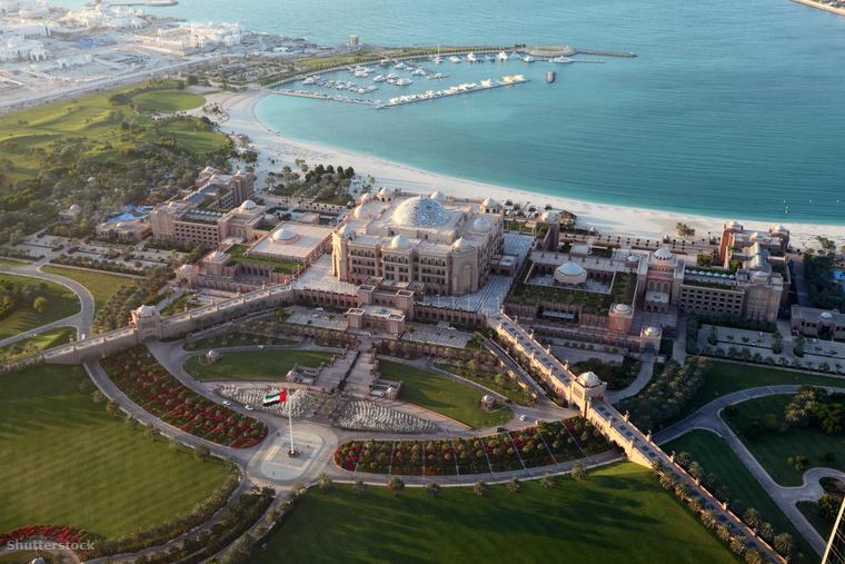 Az Abu-Dzabiban található Emirates Palace mintegy 3 milliárd dollárt ér