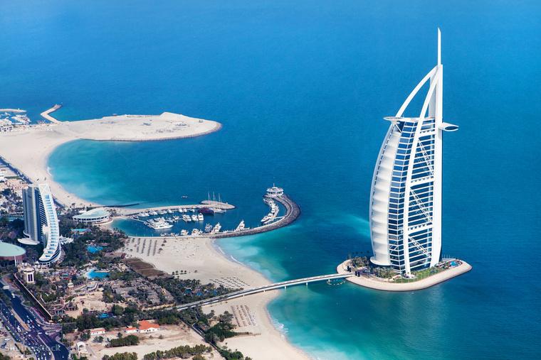 """Dubaj monumentális szállodáját, a Burdzs al-Arabot jellegzetes alakja miatt """"A Vitorla""""-ként is emlegetik"""
