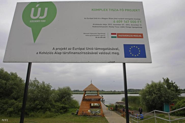 Tájékoztató tábla a tározó poroszlói gátszakaszán 2015. június 25-én. A Tisza-tó vízrendszerének első, három megyét érintő, átfogó rekonstrukciója 5,3 milliárd forint uniós és állami támogatásból készült el.