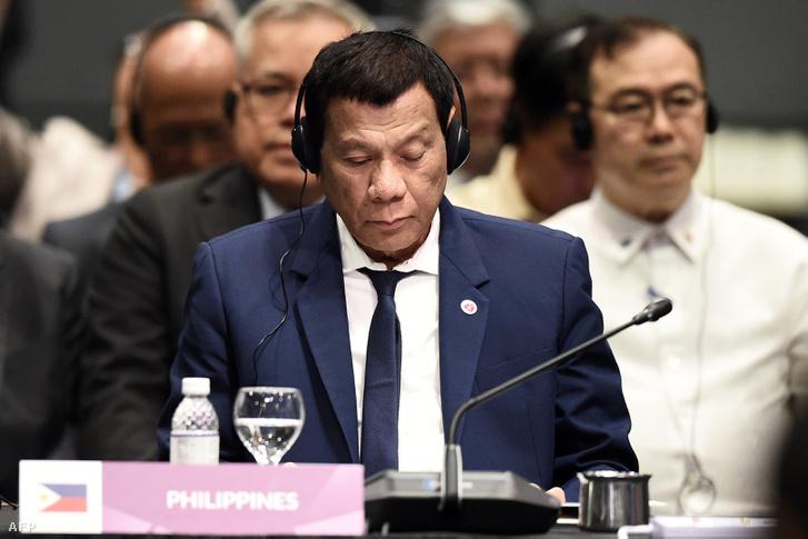 Duterte a csúcstalálkozón, még ott van, de már csak testben.