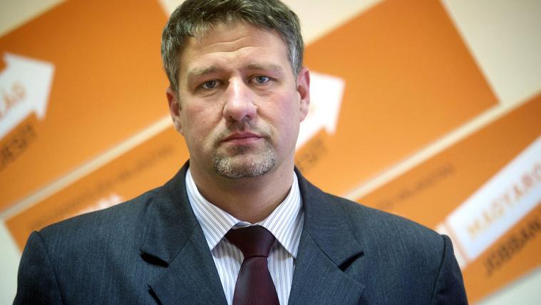 Gyanúsítottként hallgatta ki az ügyészség a fideszes Simonkát