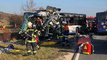 Frontálisan ütközött két busz Németországban: 40 sérült