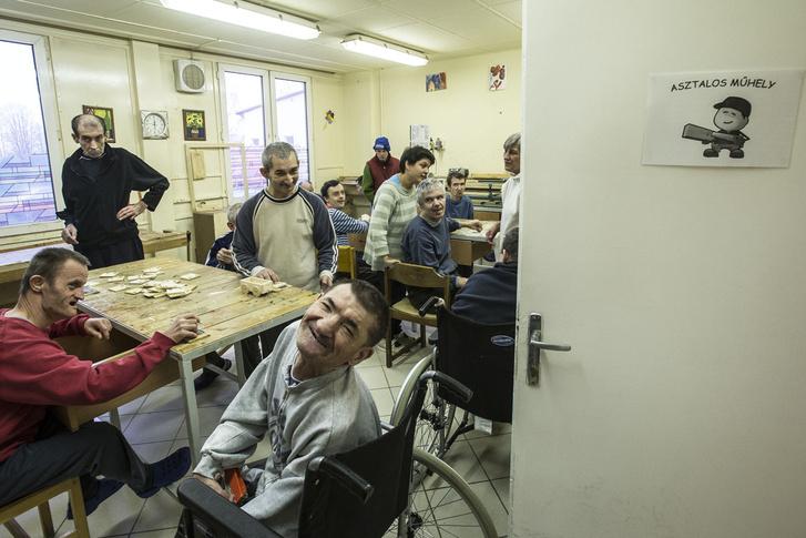 A támogatott lakhatás jelenleg leginkább értelmi fogyatékos emberek számára elérhető lakhatási forma. A bélapátfalvi fogyatékosok otthona lakói a támogatott lakásokba költözés előtt, 2015 decemberében.