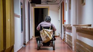 Mozgássérültek százezrei élhetnének önállóan, ha hagynák