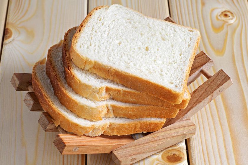 A pékáruk, mint a kenyér, a kalács, a kifli, a zsemle vagy ezek morzsái, nem valóak a madáretetőbe. Semmiféle lisztből készült étel nem kerülhet a madarak elé, mert gyomor- és bélgyulladást kaphatnak tőle.