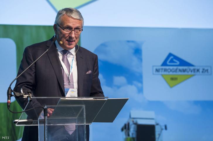 Bige László a Nitrogénművek Zrt. elnök-vezérigazgatója beszédet mond a cég 140 milliárd forint értékű beruházásáról tartott tájékoztatón Pétfürdőn 2016. szeptember 22-én.
