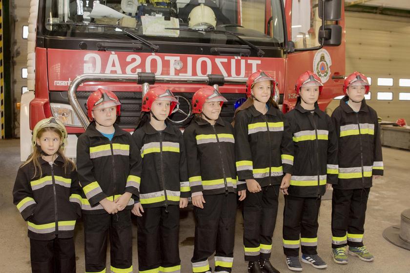 Ilyen kedves tűzoltókat még nem láttál: különleges egység vette birtokba a laktanyát