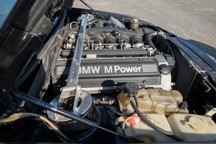 Ez már egy E34-esből származó motor, a sajátja egy kopott vödörnyi csavar volt, nagyjából