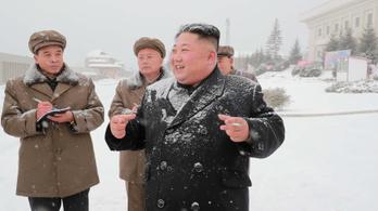 Kim Dzsongun megtekintett egy új fegyvert, és mandarint hintett a népnek