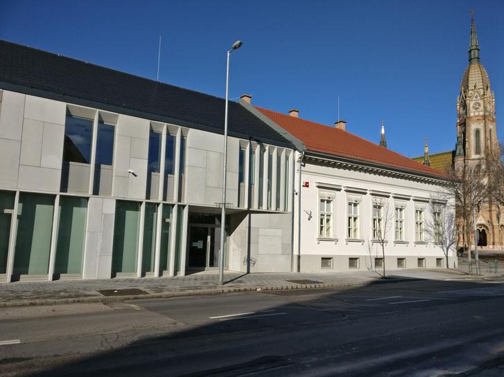 A köbányai ügyfélszolgálati központ új és régi épületrésze. Háttérben Lechner templomának tornya